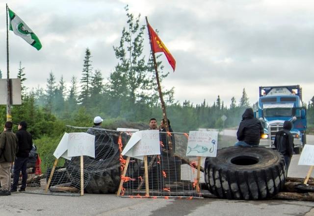Une centaine de protestataires innus bloquent l'accès au chemin qui mène au chantier de la Romaine. Ils ont érigé une barricade avec des pneus et des clôtures, en plus de faire un immense feu. La route 138 n'est toutefois pas entravée.