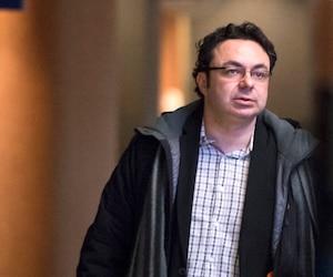 Maxime Roussy écoute le récit de sa présumée victime sans broncher depuis quatre jours, au palais de justice de Montréal.