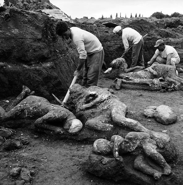 Archéologues déterrant des moulages de plâtre de victimes trouvées dans le jardin des Fugitifs