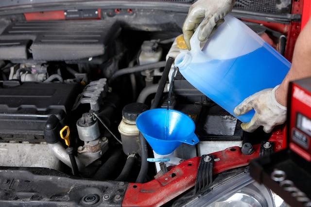 Prenez aussi deux minutes pour remplir le réservoir de liquide lave-glace. Vous pourriez avoir à l'utiliser fréquemment lors de vos déplacements, surtout en raison de la présence d'insectes sur la route durant l'été.