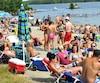 Avec la chaleur des derniers jours, plusieurs personnes commencent à se plonger les deux pieds dans le sable des plages de la région, comme celle du camping Jonquière aux abords du lac Kénogami.
