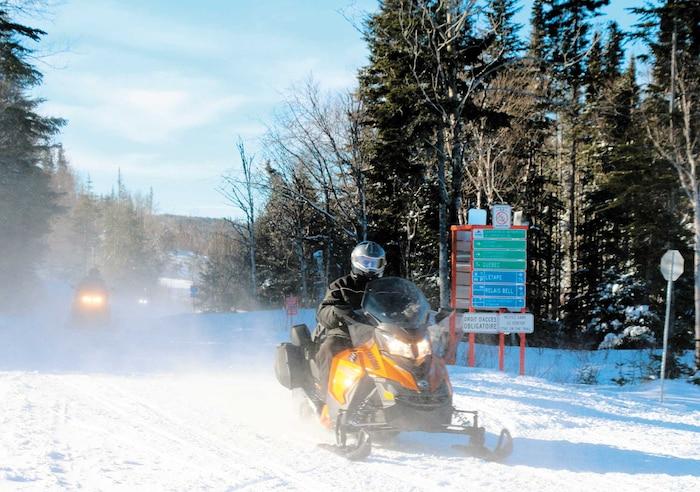 Chaque hiver, les bénévoles des clubs créent et entretiennent le réseau de sentiers de motoneige qui parcourt tout le Québec, au grand plaisir des amateurs.