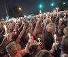 Quarante ans après la mort d'Elvis, des dizaines de millers de fans se sont recueillis devant Graceland sur Elvis Presley Boulevard.