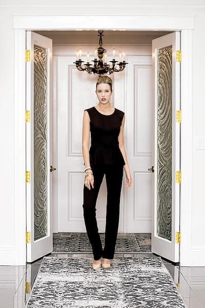 Ce corsage aux détails géométriques offre  un effet combinaison lorsqu'il est agencé avec le pantalon Bodo de même couleur (135 $). Une coupe féminine qui conjugue les lignes droites et le mouvement.