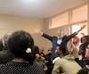 Le candidat indépendant Hassan Guillet lève les bras lors d'un débat électoral mercredi, interrompant la candidate libérale Patricia Lattanzio assise au centre, à la table.