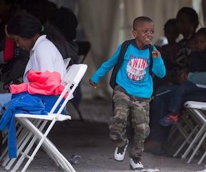 À Saint-Bernard-de-Lacolle, des centaines de migrants passent la frontière irrégulièrement chaque jour. Les enfants qui les accompagnent jouent pour passer le temps.