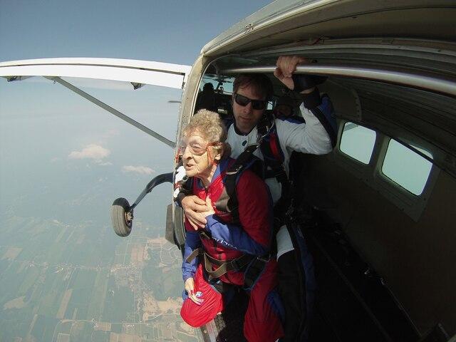 Thérèse Lévesque n'a pas du tout le vertige: la centenaire espère continuer à sauter en parachute chaque année.