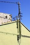 Les fils électriques du voisin passaient sur leur toit