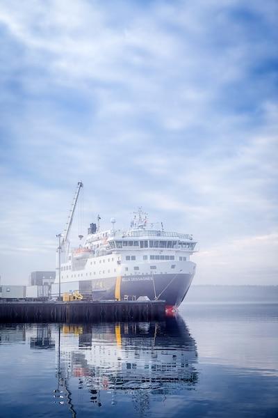 Tel un mirage, le navire sort des brumes au quai de  Havre Saint-Pierre, un des ports les plus  importants de la Côte-Nord.