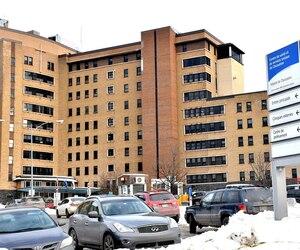 Le bambin de 23 mois qui aurait été violemment secoué a été amené par son père à l'hôpital de Chicoutimi lundi soir. Il a, peu de temps après, été transporté par avion à Québec, au CHUL. Les médecins ont décidé d'effectuer ce transfert en raison de l'état de santé extrêmement précaire de l'enfant.