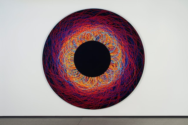 Nicolas Baier (1967-) Production de masse Tondo 3, 2014 Acrylique sur toile / 94 pouces de diamètre (238,76 cm).