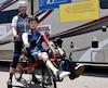 Samuel Larouche, 24ans, est le premier cycliste avec un handicap physique à participer à La Boucle du Grand défi Pierre Lavoie. Il est accompagné ici d'un de ses «copilotes», Éric Potvin.