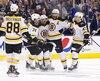 Rejoint par ses coéquipiers des Bruins après avoir marqué au premier vingt, Patrice Bergeron affiche sa satisfaction.