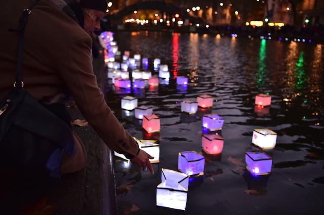 Des milliers de personnes ont déposé 3500lanternes sur l'eau du canal Saint-Martin.