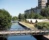 Les huit tentes oTENTik de Parcs Canada sont tout ce qui reste du projet du Village des écluses, lequel devait compter des bateaux-hôtels et des maisonnettes dotées de toits verts.