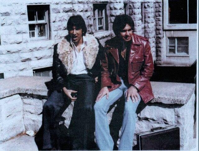 Hardeep Grewal (à droite) dans les années 1970, accompagné de son ami Harjinder Jetha (à gauche).