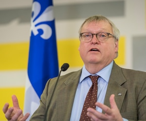 Gaétan Barrette accuse le PQ de vouloir créer un climat de «chambardement et de confrontation» dans le réseau de la santé.