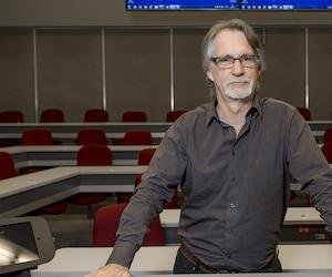 Jean-Pierre Dupuis, professeur au département de management de HEC Montréal, n'acceptera jamais d'enseigner en anglais à des étudiants francophones à Montréal. Pour lui, comme pour plusieurs collègues, il s'agit d'une question de principe.