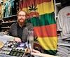 Yoann Bergeron, gérant de la boutique Loulou, dans le Vieux-Québec, pose avec des articles ornés de feuilles de cannabis dont la vente sera interdite à partir du 17 octobre, date de la légalisation du cannabis.