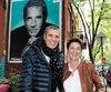 Julien Clerc a visité Charlène Boucher, une fan montréalaise ayant fait peindre une murale à son image sur sa maison. L'artiste a même autographié l'œuvre urbaine.