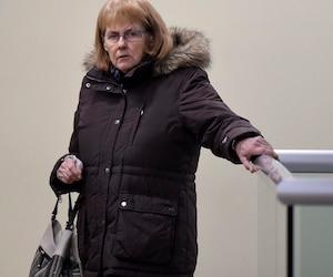 Gisèle Poitras-Dallaire, qui fait face à 16chefs d'accusation,est en liberté pendant les procédures judiciaires.