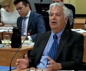 L'inspecteur à la retraite Pierre Frenette a affirmé mercredi devant la commission Chamberland qu'il pensait que des journalistes concurrents avaient partagé l'information d'une même source sur la taupe Ian Davidson plutôt que d'avoir chacun leurs sources.