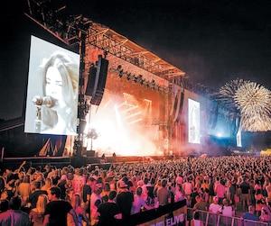 Stageline, qui est établi à L'Assomption, dans la région de Lanaudière, est le plus grand locateur de scènes mobiles en Amérique du Nord. Sur la photo, une scène de Stageline lors de l'édition2016 du festival de musique Osheaga, à Montréal.