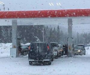 Le groupe tactique d'intervention a intercepté les suspects alors qu'ils s'apprêtaient à mettre de l'essence dans un Dodge Ram, à L'Étape.