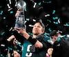 Selon le site officiel de la NFL, Nick Foles, le joueur par excellence du dernier Super Bowl, était impliqué dans une possible transaction qui aurait permis aux champions de s'approprier la 35e sélection au dernier repêchage, proposition qu'a refusée le pivot de 29 ans en mars.
