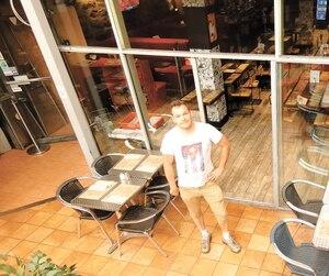 Le propriétaire du restaurant Frite Alors ! Mathieu Malouin se sent bien seul sur la terrasse de son commerce en pleine heure de dîner sur la rue Sainte-Catherine près de McGill, dimanche, où se déroulent des travaux majeurs.