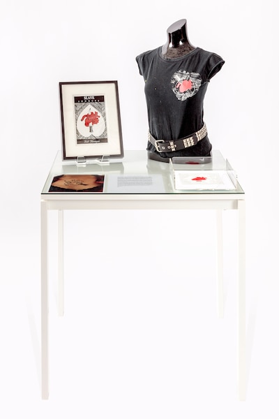 Love, Theft, Gifting and More Love, 2009 de Mike Kelley<br /> Installation médias mixtes, incluant texte de Kelley, un t-shirt trouvé, des décalques au fer chaud, une photographie et une reproduction d'une couverture de livre.