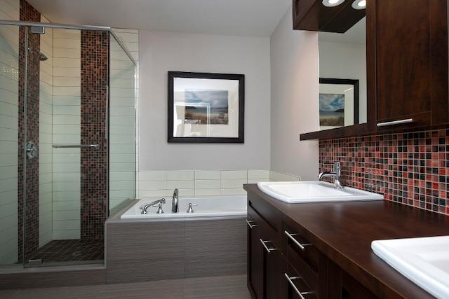 La salle de bains commune de l'étage est dotée d'un bain podium, d'une spacieuse douche en céramique avec portes vitrées et d'une double vanité, avec miroir.