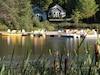 Dans le village de Saint-Béatrix, dans Lanaudière, le centre de plein air Havre familial invite les familles à vivre des vacances à la mode des camps de vacances au bord du lac Claire.
