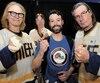 Les frères Hanson ont rencontré les amateurs de hockey (ici Maxime Champoux) au Centre Vidéotron, samedi et hier, dans le cadre des festivités du 60e anniversaire du Tournoi pee-wee.