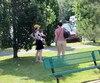 La fille de Bill et Hillary Clinton, Chelsea, s'amusait dans un parc de North Hatley, en Estrie, avec sa famille. Elle pose ici avec son fils Aidan, qu'elle porte contre elle, et une accompagnatrice.