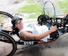 La jeune femme s'est procurée un vélo à main adapté à sa condition qui lui permet de participer à d'importantes compétitions, six mois à peine après son accident.