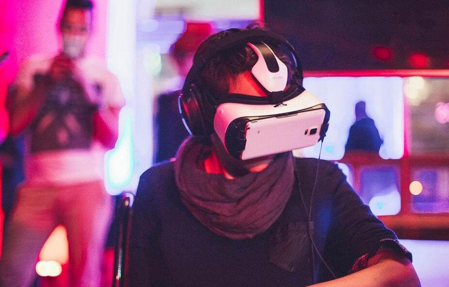 Jardin de la  réalité virtuelle Au Centre Phi Pour la programmation inaugurale du Jardin, le Centre Phi a réuni quatre des plus marquantes œuvres de réalité virtuelle du moment.  Entrée libre.