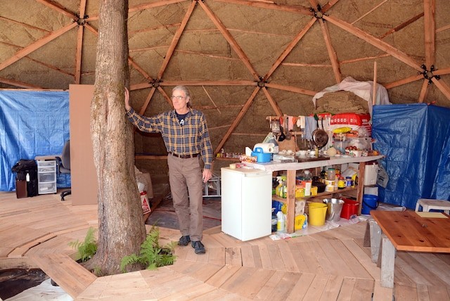 Jean Béliveau a laissé un érable au centre du dôme, pour représenter la vie. Il espère en terminer l'aménagement d'ici la fin de l'été et peut-être installer une éolienne pour remplacer ses panneaux solaires qui l'alimentent en électricité.