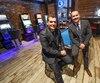 Le directeur des opérations commerciales, Éric Saulnier, et le porte-parole de Loto-Québec, Patrice Lavoie, posent dans l'aire ouverte de divertissement du pub Blaxton de Lévis.