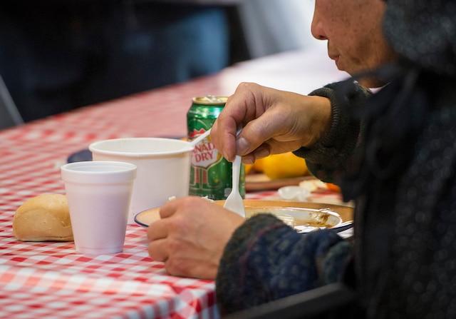 Traditionnel Dîner des rois, un repas chaud et gratuit sera servi à quelques centaines de personnes en situation d'itinérance ou à risque de l'être, à l'Accueil Bonneau, à Montréal, dimanche le 8 janvier 2017. JOEL LEMAY/AGENCE QMI