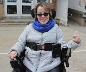 Annie-Kim Charest-Talbot met son pouce en l'air à la sortie de sa rencontre avec le Cégep de Trois-Rivières.