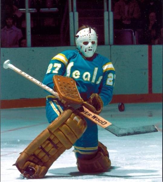 2. Les Seals de la Californie était non seulement la risée de la LNH dans les années 1970, mais également au niveau du look. Tu ne peux pas espérer remporter la coupe Stanley avec un uniforme aussi laid.