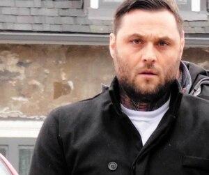 Chad Blanchette Linteau a été escorté menottes aux poings le 21 mars 2019, au palais de justice de Trois-Rivières. Il a été arrêté dans le cadre de démantèlement d'un réseau de stupéfiants (principalement de la cocaïne) à trois-Rivières et les environs.