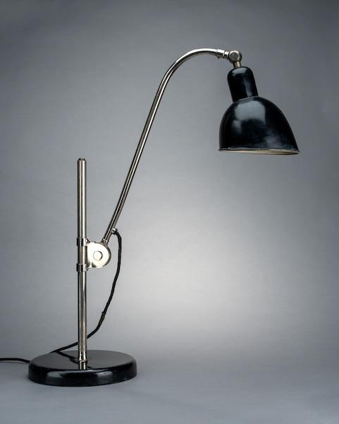 Lampe de table de type K de Christian Dell (1893-1974) Produit vers 1928 Acier émaillé et chromé, bakélite 53 x 38,5 x 22 cm Difficile de croire que cette lampe a été créée en 1928 par le célèbre orfèvre, soit il y a 88 ans.