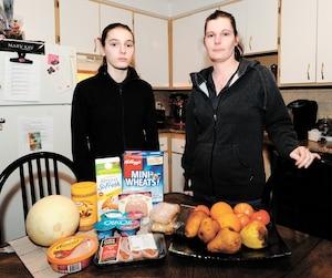 Mélanie Lachaine avec sa fille Tanya, 14 ans, derrière la nourriture reçueàla banque alimentaire.