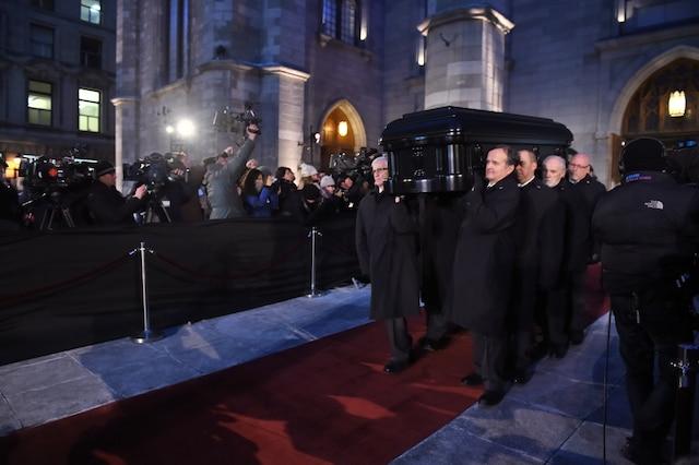 Les porteurs transportent la dépouille à la sortie des funérailles de René Angelil, célébrées ce vendredi après-midi 22 janvier 2016, à la Basilique Notre-Dame, à Montréal.