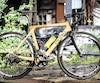 Une bicyclette en bois de l'entreprise Picolo Vélo.