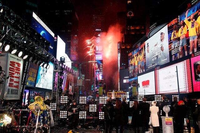 Le ciel de Times Square s'est embrasé des mille couleurs des feux d'artifice marquant le passage de New York à la nouvelle année 2019.