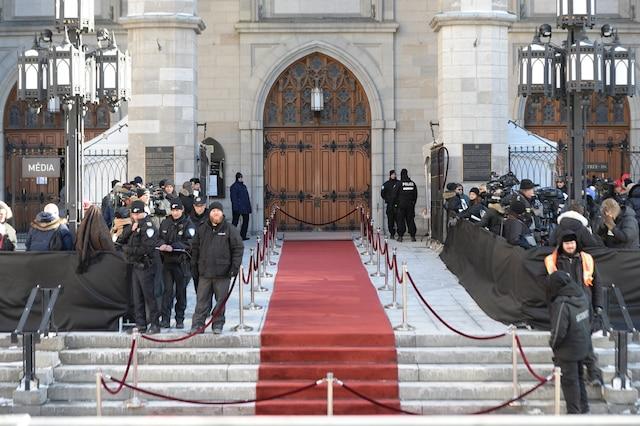 Ambiance sur le site à l'heure du dîner en attendant l'arrivée des invités lors des funérailles de René Angelil, célébrées ce vendredi après-midi 22 janvier 2016, à la Basilique Notre-Dame, à Montréal.