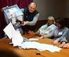 Des membres de la commission électorale comptent les bulletins de vote dans un bureau de Donetsk.